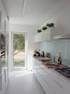 Para quem gosta de uma decoração mais clean, utilizar o branco como tom base é uma ótima opção!! Dá amplitude aos espaços, transmite uma...
