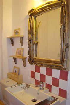 Espelho revestido de galhos
