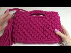 Spiegazionebeautiful handbag so that we are going to teach you ways to crochet this absolutely attractive accessory. This is a very trendy and popular piece with nice color that you find in the handbags sort. Crochet Handbags, Crochet Clutch, Crochet Purses, Crochet Bikini, Crochet Stitches, Knit Crochet, Crochet Girls Dress Pattern, Best Leather Wallet, Diy Handbag
