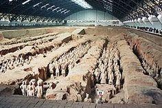 La Antigua China: El mausoleo de los guerreros terracota:  Se le conoce más comúnmente como el Mausoleo del primer emperador Qin, como una forma de sentir que aun tenía sus tropas a su mando, fue descubierto en 1974 durante unas obras de abastecimiento de agua y en 1987 fue declarado patrimonio de la humanidad por la UNESCO.  Esta construcción cuenta con un ejército de 7.000 figuras de terracota.