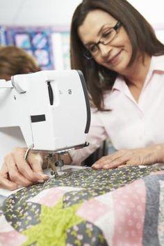 Cómo acolchar un edredón con una máquina de coser | eHow en Español
