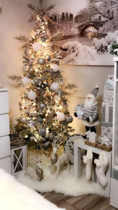 90 Modern Christmas Decoration Ideas That Are the Classic Blend of Luxurious Sophistication - Hike n Dip Luxury Christmas Decor, Lantern Christmas Decor, Silver Christmas Decorations, Classy Christmas, Ribbon On Christmas Tree, Christmas Tree Themes, Noel Christmas, Pink Christmas, Woodland Christmas