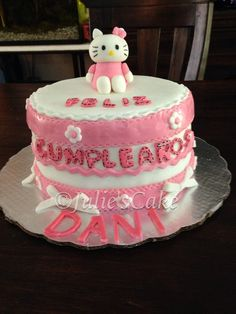 Queque de Hello Kitty. Decoraciones elaboradas en pasta de azúcar!