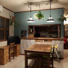 makomonさんの、ラッチ,こどもと暮らす,ダイニングテーブルDIY,アクセントウォール,ペンダントライト,窓枠DIY,カフェ風,DIY,コウモリラン苔玉,ウィリンキー,ミクロソリウム,リビング,のお部屋写真