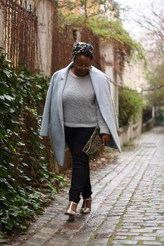 Collection Automne/Hiver 2015 Balsamik - Manteau forme ovoïde, pull forme boite et pochette portés par la blogueuse Nathalie du blog The crazy soprane.  Le manteau: http://www.balsamik.fr/manteau-forme-ovoide-bleu-grise.htm?ProductId=002500124&FiltreCouleur=6389&t=1 Le pull: http://www.balsamik.fr/pull-forme-boite-en-maille-43-alpaga-43-laine-bleu-ciel.htm?ProductId=011014396&FiltreCouleur=6389&t=1