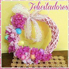 Ghirlanda pasquale arricchita con fiori, tutto in diverse tonalità di rosa...