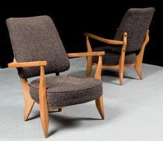 Robert GUILLERME et Jacques CHAMBRON  Paire de fauteuils modèle «Mortagne» en bois naturel, garniture en tissu noir piqué beige Hauteur: 88 cm, Largeur: 72 cm, Profondeur: 78 cm