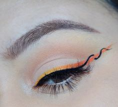 Helix Eyeliner: A new makeup challenge that takes over – … – Make Up Edgy Makeup, Makeup Eye Looks, Eye Makeup Art, Cute Makeup, Skin Makeup, Eyeshadow Makeup, Gray Eyeshadow, Retro Makeup, Grunge Makeup