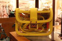 Los bolsos transparentes son #tendencia. ¿Te atreves? Lo encontrarás en Day a Day #MarinedaCity #moda #complememtos #rebajas #DiariodeRebajas #Shopping