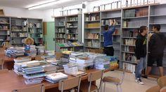 Canvi d'ubicació dels llibres de matèries. Ens ajuden alumnes de l'Aula Oberta i una mare de l'AMPA. Gràcies
