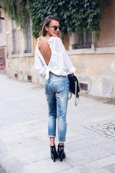 chemise femme blanhce floue à l'envers nouée sur la taille, jeans et talons hauts