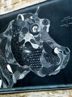 Ce magnifique hippopotame réalisé à la craie par l'artiste Philippe Baudelocque trône dans le bas du passage Boiton, en plein coeur du quartier de la Butte-aux-Cailles à Paris (13ème)