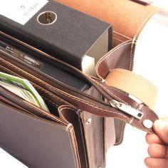 Aktentasche von Hamosons im schicken Retro-Style aus extra dickem Leder mit versenkbarem Griff und umlaufendem Trageriemen. In die abschließbare Umhängetasche passt ein breiter A4 Aktenordner und in dem mittleren Reißverschlussfach kann man einen 15-Zoll Laptop bzw. weitere A4-Unterlagen gut unterbringen Hamosons Lehrertasche aus Leder, Braun, Modell 662. 139,00 €