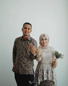 Engagement Dresses, Engagement Couple, Model Kebaya Modern, Batik Couple, Kebaya Brokat, Kebaya Muslim, Act Like A Lady, Casual Hijab Outfit, Textured Hair