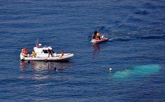 Береговая охрана Сотрудники службы береговой охраны ищут выживших на месте крушения рыболовного судна у берегов Измира, Турция, 6 сентября 2012 года. На борту судна, плывшего в Европу, находились преимущественно беженцы из Сирии и Ирака. (AP Photo/Hurriyet)