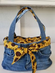 My latest addition to my shop: Purse, Upscaled jeans with Sunflower sash/lining. Denim Jean Purses, Blue Jean Purses, Denim Purse, Denim Tote Bags, Denim Handbags, Fabric Bags, Fabric Purses, Sewing Jeans, Denim Ideas