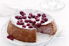 You only need 4 ingredients to make this super simple raspberry cake.