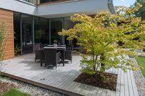 Holzterrasse München moderner garten kleingarten holzdeck steinplatten lavendelpflanzen