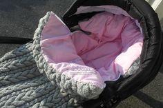 Hjemmestrikket vognpose med dundyne. Denne var bare vakker - kommer nok ikke til å lage den, men bare å se den var en glede Baby Knitting, Crochet Baby, Knit Crochet, Baby Cocoon, Decoration, Baby Car Seats, Baby Kids, Quilting, Babies