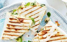 Kuumimmat kana-quesadillat My Cookbook, Cheddar, Chili, Food And Drink, Bread, Snacks, Healthy, Ethnic Recipes, Appetizers