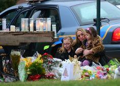 Los habitantes de Newton, Connecticut (EU), dan sus respetos a las víctimas del tiroteo en la escuela primaria, mientras llegan a una misa masiva en la iglesia de Santa Rosa de Lima en esta localidad. (AFP/VANGUARDIA LIBERAL)
