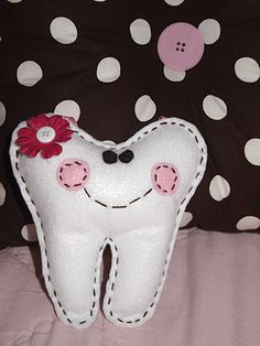 Tutorial - little tooth has a pocket for teeth and hangs from the doorknob ♥