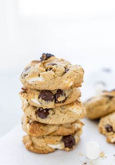 These S'mores Chocolate Chip Cookies are ooey-gooey perfection with a graham cracker cookie base filled with chocolate chips and mini marshmallows. Honey Cookies, Yummy Cookies, Chocolate Chip Cookies, Sugar Cookies, Chocolate Chips, Cake Cookies, Delicious Cookie Recipes, Best Cookie Recipes, Fun Desserts