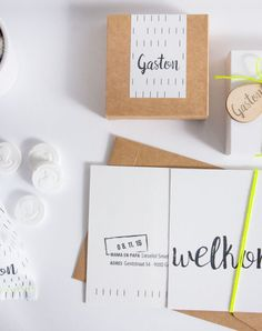 Geboortekaart en doopsuiker met grafisch ontwerp zwart-wit en fluo gele accenten (c)Alsjeblief.be