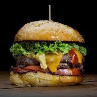 """¿A quién no le gusta una hamburguesa? Las revistas especializadas y la 'intelligentsia coquinera' sentencia que la fama de la 'hamburguesa gourmet' (absolutamente divorciada ya del fast food) ya pasó, que está 'out'; que lo nuevo es la causa limeña o la casquería. Y sí, quizá no esté de moda pero en España se consumen un total de 376 millones de hamburguesas al año. Una petición: basta del término """"gourmet"""", qué cansino y qué aburrido. Hay hamburguesas que sí y hamburguesas que no, y poco…"""
