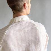 Ce modèle intemporel de chemise pour homme se distingue grâce à ses manches raglans qui soulignent la coupe décontractée de Musc. Droite sans être informe, aime comme Musc est une chemise qui s'accommodera très bien d'un tartan, d'un lin, ou d'une cotonnade souple. This timeless type of man shirt is unique thanks to its raglan sleeves which accentuate the casual cut of Musc. Straight without being shapeless, aime comme Musc is a shirt that will do very well with tartan, linen or a supple…