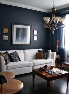 wohnzimmer grau dunkegraue wände weißes sofa dunkler holzboden leuchter