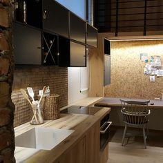 Kjøkken fliser i kokosnøtt fra WALL-IT tar litt av naturen inn på kjøkkenet! Conference Room, Kitchen, Table, Furniture, Home Decor, Cooking, Decoration Home, Room Decor, Kitchens
