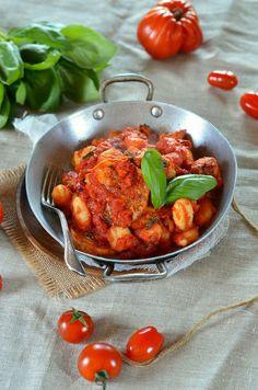 Gratin de gnocchi sauce tomate, basilic et mozzarella fumée - Recette végétarienne, facile et rapide à découvrir sur le blog de cuisine tangerinezest.com