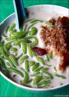 a dessert with coconut milk, a worm-like jelly made from rice flour with green food coloring, red beans, shaved ice and palm sugar Read Recipe by lowsiewfong Indonesian Desserts, Indonesian Cuisine, Asian Desserts, Asian Recipes, Indonesian Recipes, Malaysian Cuisine, Malaysian Food, Malaysian Recipes, Malaysian Dessert