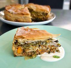 κιμαδόπιτα με λαχανικά και σάλτσα μασκαρπόνε - Pandespani.com Spanakopita, Salmon Burgers, Ethnic Recipes, Food, Mascarpone, Hoods, Meals