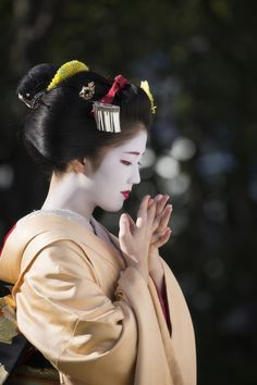 Risultati immagini per Katsuna, Daimonji Okiya, Kamishichiken Okinawa Japan, Kyoto Japan, Geisha Japan, Memoirs Of A Geisha, Japan Photo, Nihon, Japanese Beauty, Japanese Kimono, Japanese Culture