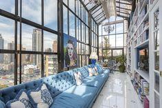 ニューヨーク・マンハッタンのカラフルなペントハウス。サンルームや豊富な屋外スペースが魅力。ルーフトップテラスからはクイーンズボロ橋が見晴らせる。売り出し価格は1600万ドル(約18億7500万円)。
