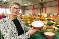 Keramiekdesigner Ann Van Hoey met de kommen die in Den Ateljee worden gemaakt.-Sven Ponsaerts