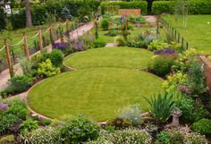 Circular lawns and traditional planting scheme (От Unique Landscapes)
