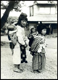CHILDREN BABYSITTING CHILDREN in OLD JAPAN   by Okinawa Soba (Rob) We Are The World, People Of The World, Old Pictures, Old Photos, Antique Photos, Luge, Japanese History, Japan Photo, Famous Photographers