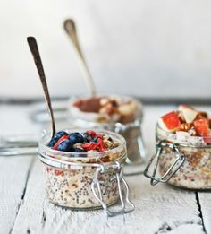 overnight oatmeal with bananas + hazelnuts + blueberries + goji berries + apples + chia seeds + pecans Breakfast And Brunch, Breakfast Recipes, Think Food, Love Food, Overnight Oatmeal, Oats Recipes, Food Photography, Easy Meals, Food And Drink