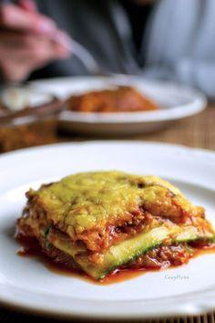 """""""Coursagne"""", een lasagne gemaakt van plakken courgette in plaats van lasagne vellen! Dit recept is lekker, snel, simpel, koolhydraatarm, glutenvrij én gezond! - www.cozymess.nl"""