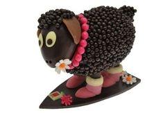 Richard Sève (Maison Sève) a imaginé la brebis Ugguette en chocolat noir 70% ou lait 39% aux jolies bottes fourrées pâte d'amande et garnie d'oeufs pralinés