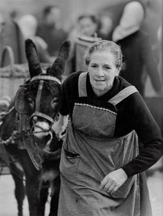 Tirando del pesado carro de la vida diaria. Banyoles, Girona, 1966 / Pulling the Heavy Cart of Daily Life. Banyoles, Girona, 1966 | La vida atrapada al vuelo - Eugeni Forcano