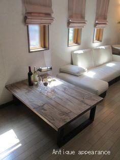 古材風のシャビーシックなローテーブル。足を伸ばして床でくつろぐのも、ソファのサイドテーブルとして使うのも自由。とっておきのワインにグラス、おしゃれなデリを並べれば、リラックスできるホームバーに。