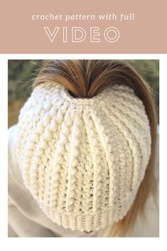 Messy bun hat pattern with ribbing and texture. It comes with a full video tutorial with subtitles for the deaf community! Click to view