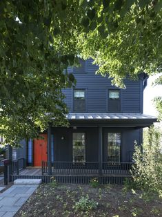 In a historic Cambridge, Massachusetts house remodel, Barbara Bestor celebrated classic New England design while introducing California comforts. Dark Blue Houses, Porches, Boston House, Serene Bedroom, Black Exterior, Exterior Paint, Exterior Design, New England Homes, Historic Homes