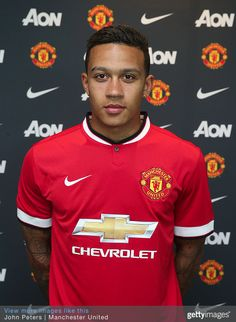 Memphis Depay completes move to Manchester United.