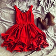 Red dress, cute shoes, what an adorable outfit!