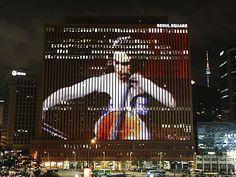 한국이 낳은 세계적인 비디오 아티스트 백남준(1932∼2006)의 탄생 80주년을 맞아 22일 밤 서울 중구 남대문로5가 서울스퀘어 외벽에 백남준의 대표작들이 상영되고 있다. 영상 속 인물은 백남준의 예술적 동지였던 첼리스트 샬럿 무어먼.